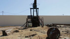 在一个运作的油田上油pumpjacks在巴库,阿塞拜疆 运转的油泵剪影和老生锈的铁滚磨 股票录像