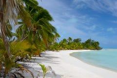 在一个远程海岛的沙漠海滩 免版税图库摄影