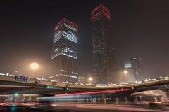 在一个连接点在晚上,北京,中国附近的摩天大楼 免版税库存图片
