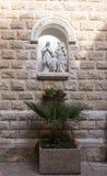 在一个适当位置的雕塑在圣约瑟夫` s教会墙壁在老城拿撒勒在以色列 库存照片