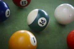 在一个选材台上的水池球。 免版税图库摄影