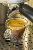 在一个透亮玻璃杯子的强的浓咖啡 免版税库存照片