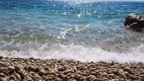 在一个透明的海滩的波浪 股票视频