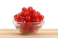 在一个透明碗的樱桃。 图库摄影