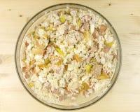 在一个透明碗的简单的米沙拉在木背景 免版税库存图片