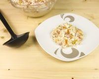 在一个透明碗的简单的米沙拉在木背景 免版税库存照片
