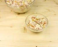 在一个透明碗的简单的米沙拉在木背景 库存照片