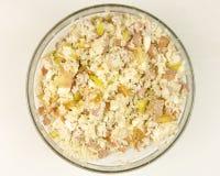在一个透明碗的简单的米沙拉在白色背景 库存图片