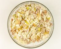 在一个透明碗的简单的米沙拉在白色背景 免版税库存照片
