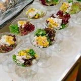 在一个透明色拉盘的开胃沙拉,食物特写镜头 库存照片