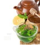在一个透明玻璃杯子的薄荷的茶 免版税库存照片