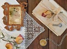 戴在一个透雕细工框架,干ro的妇女的画象一个帽子 库存照片