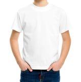在一个逗人喜爱的男孩的白色T恤杉 免版税库存照片