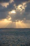 在一个遥远的天堂海岛上的剧烈的日落 免版税库存图片