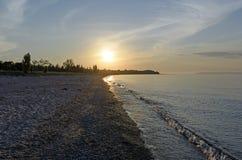 在一个遥远的海滩的微明 免版税库存图片
