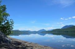在一个遥远的湖的遥远的海滩 免版税库存照片