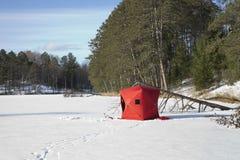 在一个遥远的Minnesota湖的红色冰渔风雨棚 库存图片