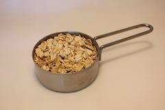 在一个量杯的燕麦粥燕麦 免版税库存照片