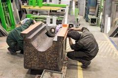 在一个金属切削机器的床的准备工作汇编的 锁匠检查框架 免版税图库摄影