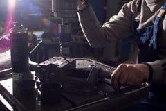 在一个金属切削机器的碾碎的细节 在小企业的生产 免版税库存照片