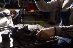 在一个金属切削机器的碾碎的细节 在小企业的生产 库存图片