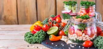 在一个金属螺盖玻璃瓶的健康素食主义者沙拉用豆 免版税库存图片