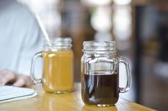 在一个金属螺盖玻璃瓶的咖啡学习的 免版税图库摄影