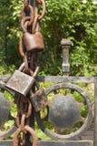 在一个金属门的老生锈的锁到庭院里 锁在铁门 标志监禁和奴隶制 物产安全链 库存照片
