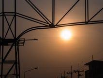 在一个钢制框架后的太阳 图库摄影