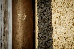 在一个钢管的心脏形状都市grafity 库存图片