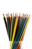 在一个铅笔盒的五颜六色的铅笔在白色背景 免版税库存照片