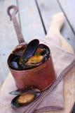 在一个铜罐的新近地蒸的海洋淡菜 库存照片