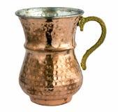 在一个铜金属杯子的空的传统土耳其酸奶饮料 库存图片
