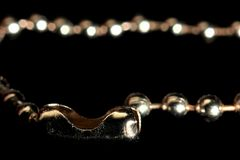 在一个银色球链子的被解开的锁 免版税库存图片