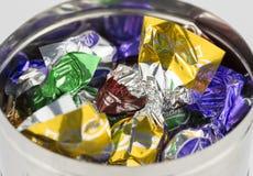 在一个银色罐的糖果 库存图片