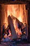 在一个铺磁砖的火炉的火与白色瓦片 免版税库存照片