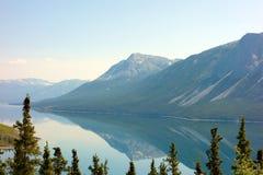 在一个镇静湖反映的北部山区 免版税库存照片
