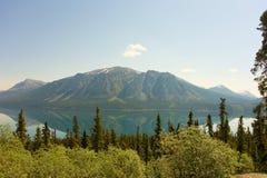 在一个镇静湖反映的北部山区 库存照片