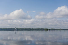 在一个镇静湖的帆船 免版税库存图片