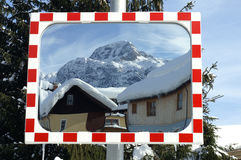 在一个镜子的看法在一个小冬天村庄在奥地利 免版税图库摄影