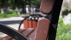在一个长木凳的末端裁减的圆样式 影视素材