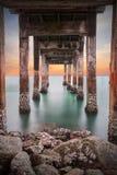 在一个长的跳船码头海滩的定向塔下 库存照片
