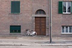 在一个门前面的一辆自行车在terni,意大利 免版税库存图片