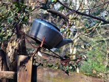 在一个门岗位顶部的老被放弃的水壶在一个农村设置 库存图片