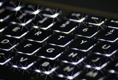 在一个闪耀的键盘的闪烁光 免版税库存图片