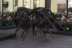在一个闭合的咖啡馆和桌堆积的椅子 免版税库存图片