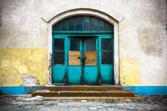 在一个闭合的木门的老工厂厂房 库存图片