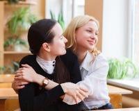 在一个闸期间的学生女孩在类之间-聊天和havi 免版税图库摄影