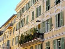 在一个阳台在老尼斯,法国的花 免版税库存图片