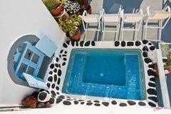 在一个阳台的小水池街市的Fira的,圣托里尼海岛 免版税图库摄影